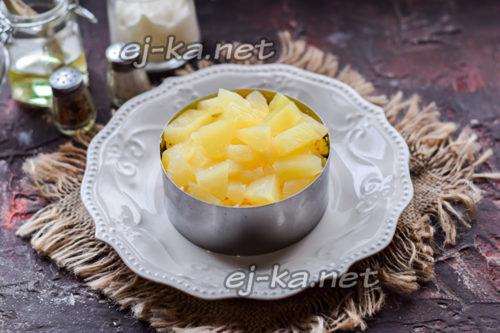 выложить ананас