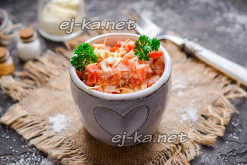 салат с копченой курицей, помидорами и сыром