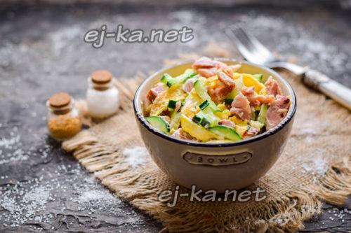 салат с копченой курицей, яичными блинчиками и свежим огурцом