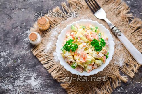 салат с крабовыми палочками и копченой курицей