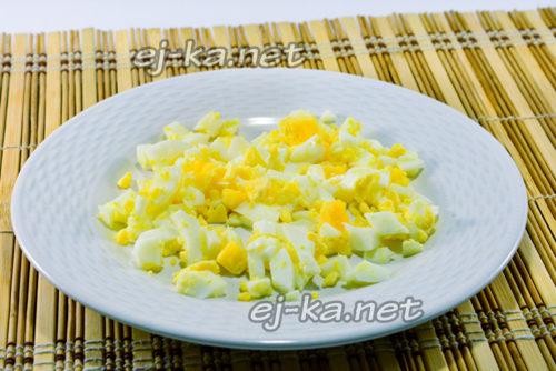 отварные яйца нарезать кубиками