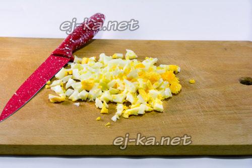 нарезать яйца кубиками