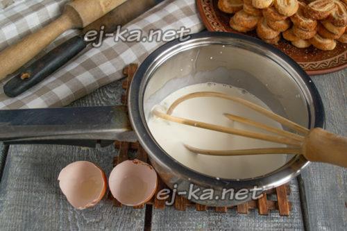 смешать яйца со сливками