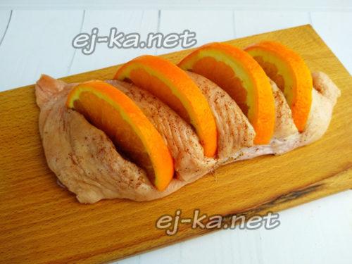 вставить апельсин в разрезы