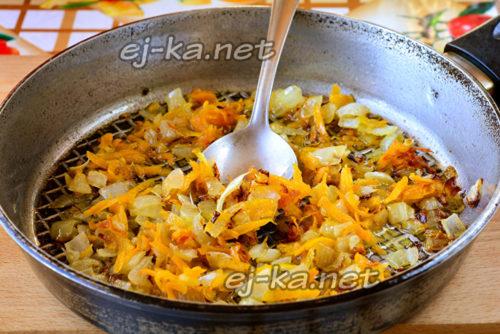пережарить лук и морковь