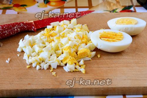 мелко нарезать отварные яйца