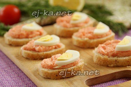 Бутерброд на батоне с икрой мойвы и огурцом - рецепт пошаговый с фото