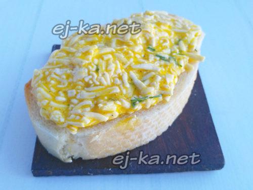 выложить сырную массу на хлеб