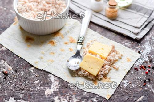 поверх фарша уложить сыр
