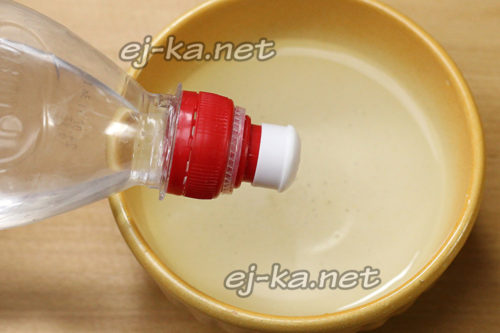 соединить воду и уксус