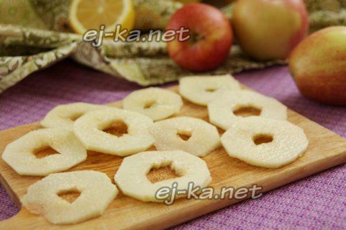 яблоки нарезать кольцами и посыпать сахаром