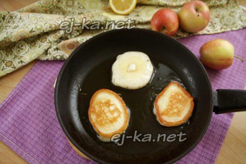 на тесто выложить яблочное колечко и обжарить