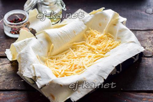 выложить на лаваш треть сыра