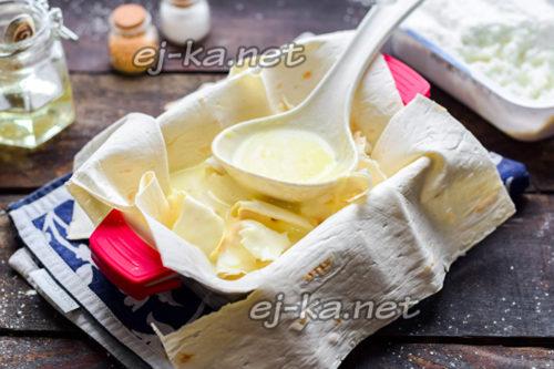 полить смесью из кефира и яиц
