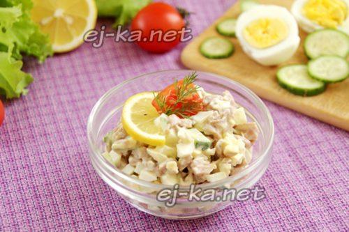 салат из кальмаров готов