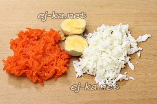 натереть морковь, очистить яйцо