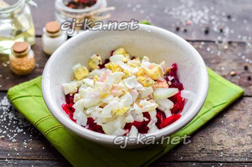 добавить яйцо в салат