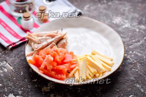 выложить на тарелку сыр, помидор и курицу