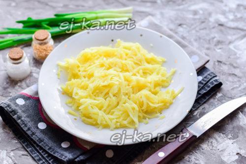 слой тертого сыра и картофеля