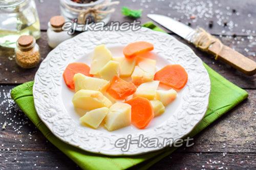 отварные картофель и морковь нарезать