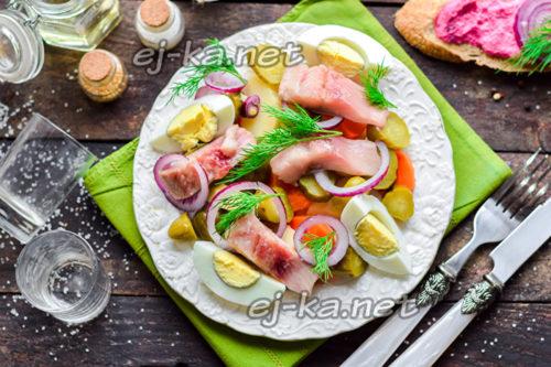 салат с селёдкой, картофелем и огурцом готов