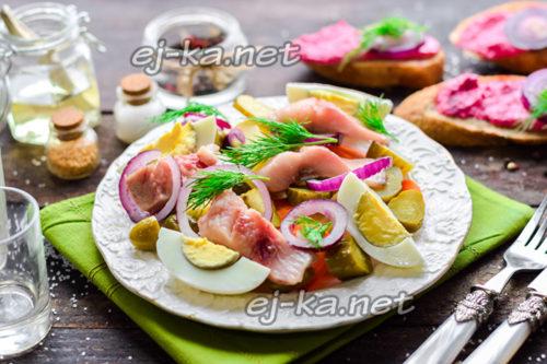 салат с селёдкой, картофелем и огурцом