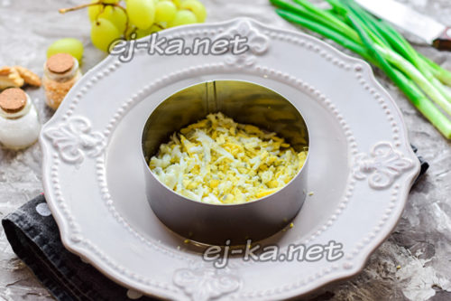 слой тертого яйца