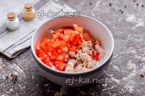 добавить томаты в салат