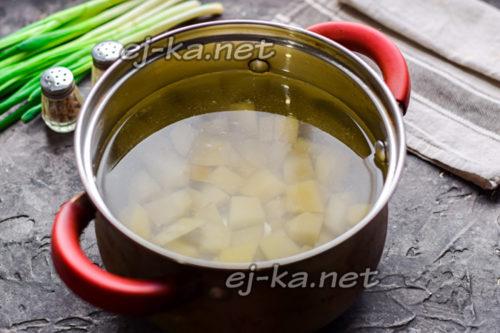картофель залить водой