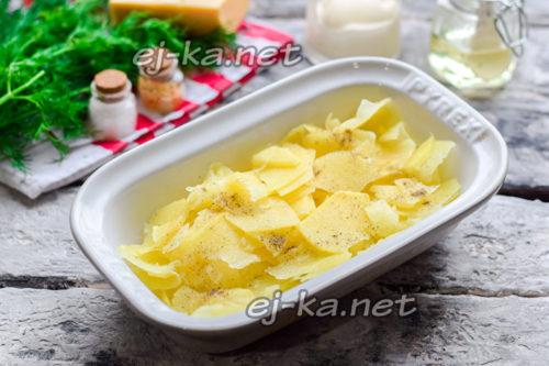 посолить и поперчить часть картофеля