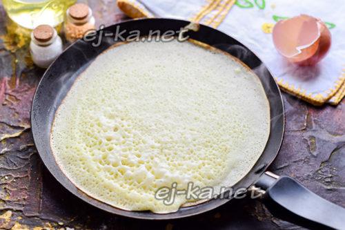 влить тесто на сковороду