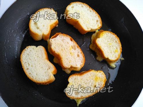 выложить хлеб на сковороду