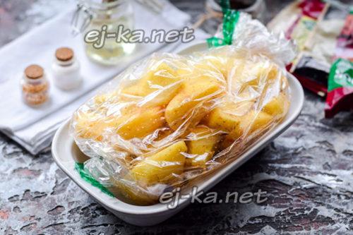уложить картофель в пакет