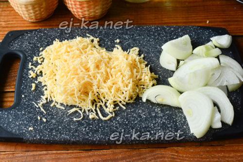 сыр натереть, лук нарезать