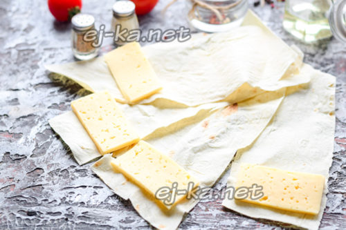 на край лаваша уложить сыр