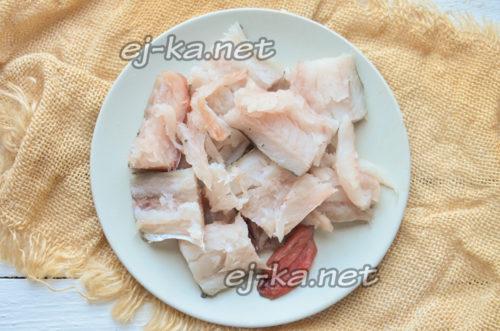 нарезать рыбу кусочками