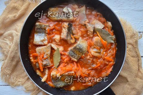 залить рыбу томатным соусом
