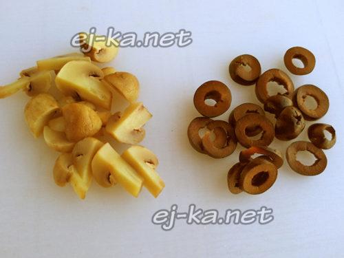 нарезать грибы и оливки