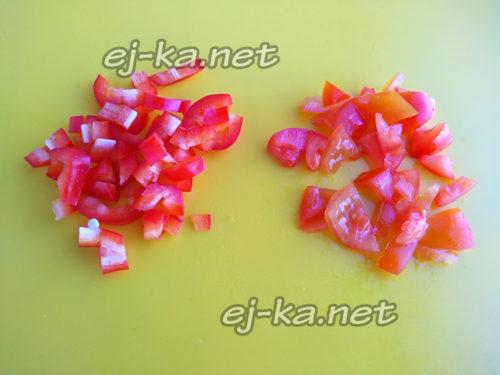 нарезать помидоры и перец