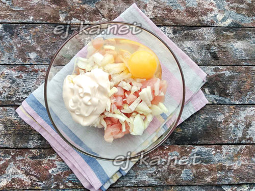 добавить майонез и куриное яйцо