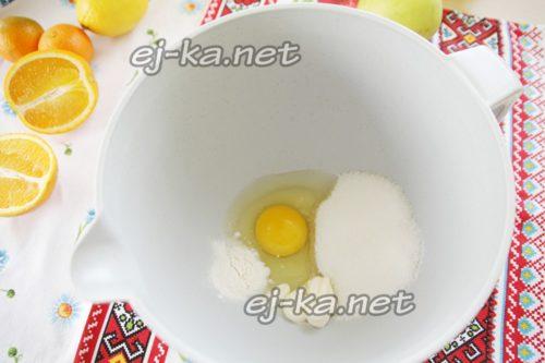 соединить яйцо, сахар, соль, майонез и разрыхлитель