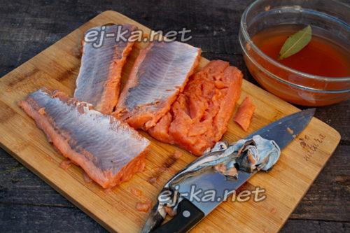 снять кожу с рыбы