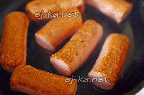 обжарить сосиски