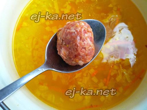 выложить фрикадельки в суп