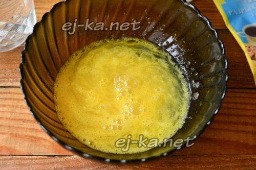 перемешать яичную массу и добавить воду