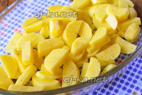 нарезать картофель, добавить специи