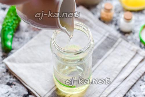 влить в банку оливковое масло