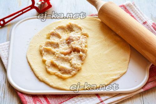 выложить начинку на тесто