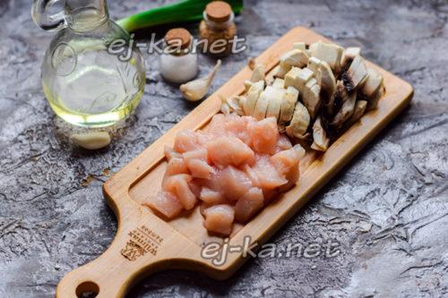 нарезать филе и грибы