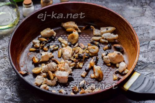 обжарить грибы и филе